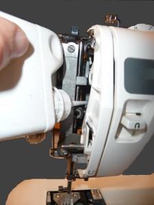 Huiler la barre aiguille de la machine à coudre chez coudreetbroder.com