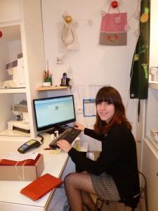 Claire, conseillère chez ADY, spécialiste de la machine à coudre
